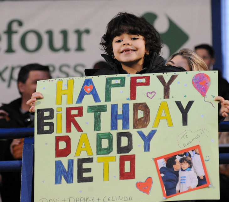 To πλακάτ του Νέτο… junior για τα γενέθλια του πατέρα του (photo)