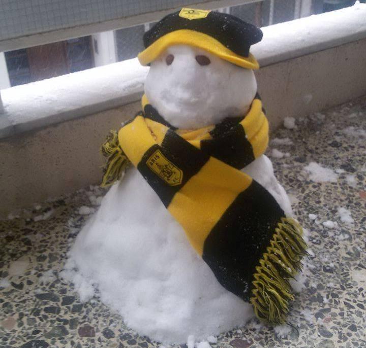 Ο χιονάνθρωπος της Μαρτίου ντύθηκε στα κιτρινόμαυρα (photo)