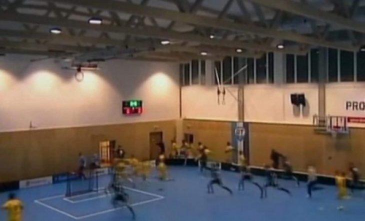 Κατέρρευσε οροφή την ώρα που εξελισσόταν αγώνας παίδων! (video)