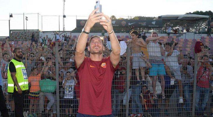 ΕΠΙΚΟ πανό οπαδών της Ρόμα για Τότι! (photos)