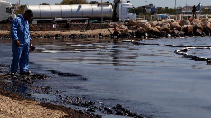 Απελπιστική η κατάσταση στις ακτές της Αττικής: Μαζούτ και μίνι καύσωνας